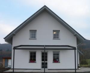 Pergola u domu se sedlovou střechou