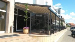 Stahovací střecha u pergoly je vhodná i na terasy restaurací