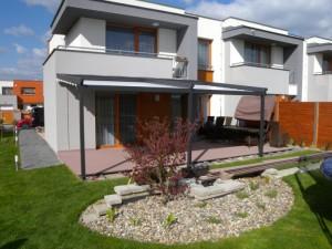 Pergoly v antracitové barvě k domu krásně pasuje